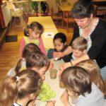 Kinder mischen ihre Salzgläser