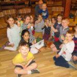 Kinder präsentieren ihre Salzgläser